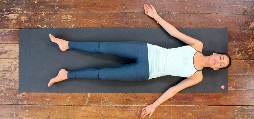 Comment lâcher-prise grâce à la posture Śavāsana