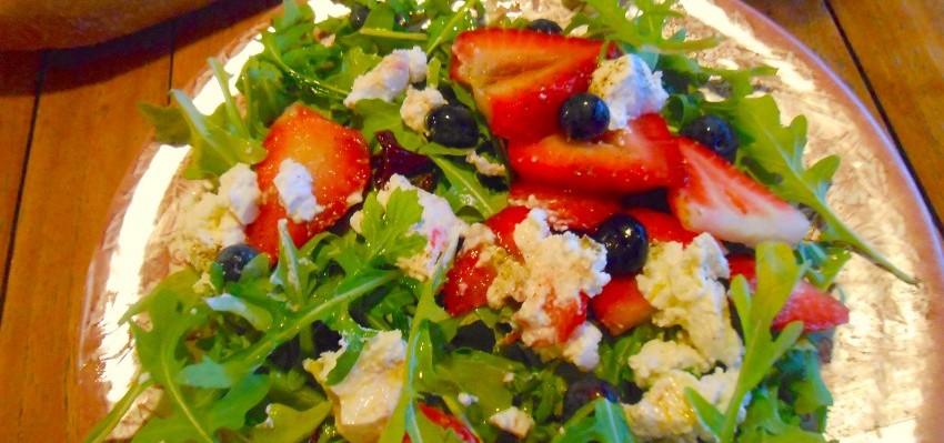 Salade de roquette et ses fruits frais